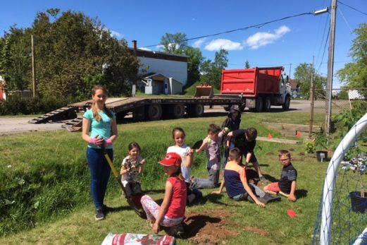 La communauté s'unit pour verdir le parc de l'école de St-Denis