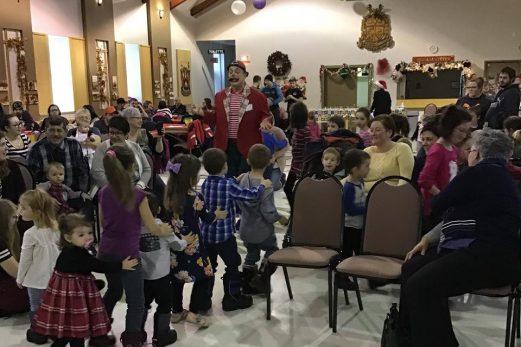 La fête de Noël illumine les cœurs d'enfants