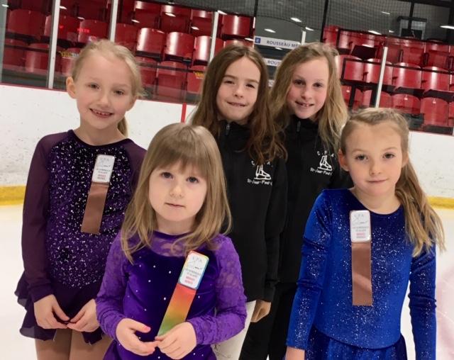 Cinq patineuses à la compétition Mes premiers jeux