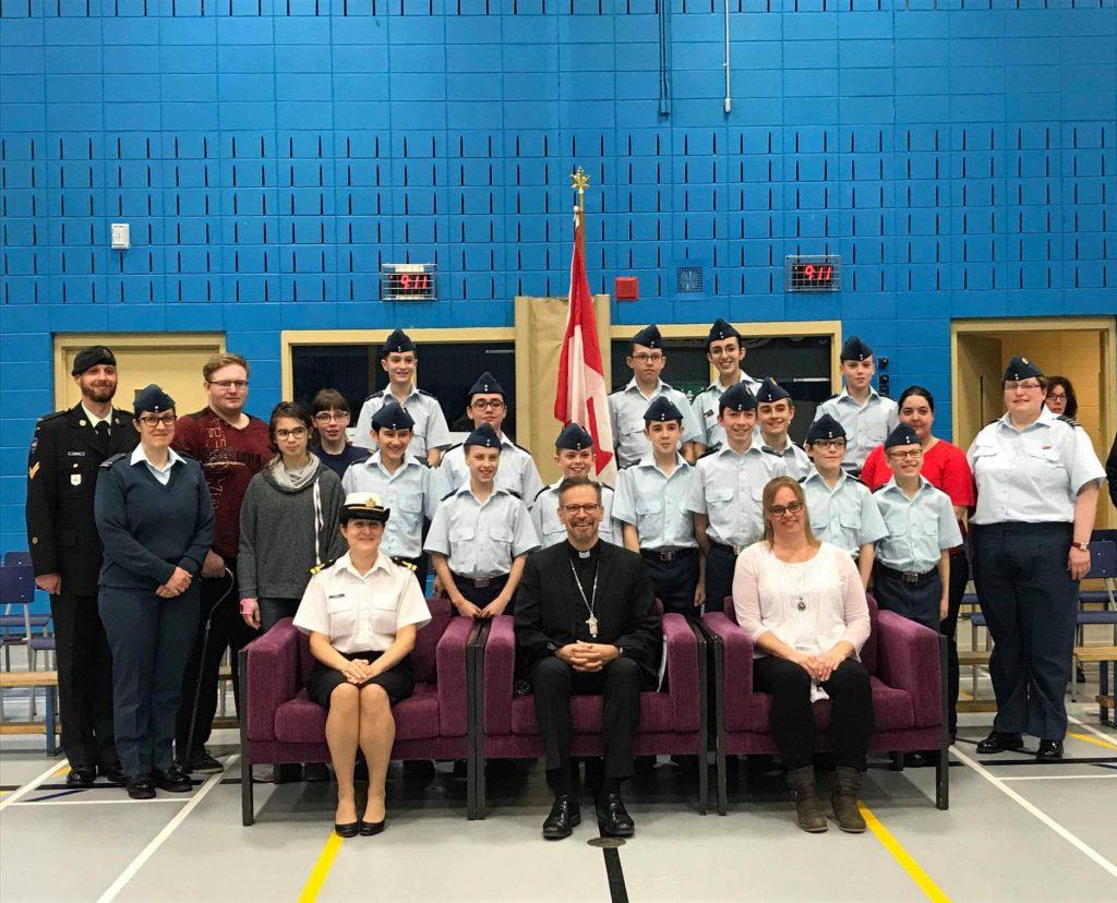 Des cadets de l'air honorés devant l'Évêque du Diocèse
